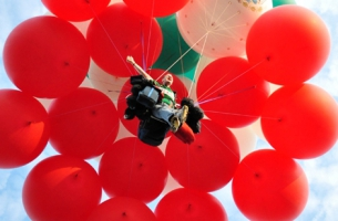 Jonathan Trappe flies at 18,000 ft using balloons!